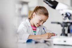 Κορίτσι που μελετά τη χημεία στο σχολικό εργαστήριο στοκ φωτογραφίες