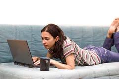 κορίτσι που μελετά τις νεολαίες στοκ εικόνα με δικαίωμα ελεύθερης χρήσης