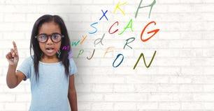 κορίτσι που μιλά με τις επιστολές χρώματος που εμφανίζονται από το στόμα Στοκ Εικόνες