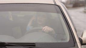 Κορίτσι που μιλά στην τηλεφωνική συνεδρίαση στο αυτοκίνητο στη βροχή, ένας κενός δρόμος απόθεμα βίντεο