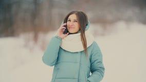 Κορίτσι που μιλά στο τηλέφωνο απόθεμα βίντεο