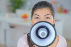 Κορίτσι που μιλά megaphone Στοκ φωτογραφία με δικαίωμα ελεύθερης χρήσης