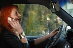 Κορίτσι που μιλά στο κινητό τηλέφωνο οδηγώντας το αυτοκίνητο Στοκ φωτογραφία με δικαίωμα ελεύθερης χρήσης