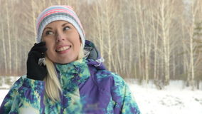 Κορίτσι που μιλά στο τηλέφωνο κυττάρων στη χώρα τη χειμερινή ημέρα απόθεμα βίντεο