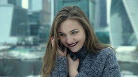 Κορίτσι που μιλά στο τηλέφωνο στην οδό απόθεμα βίντεο