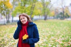 Κορίτσι που μιλά στο τηλέφωνο Στοκ φωτογραφίες με δικαίωμα ελεύθερης χρήσης