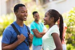 Κορίτσι που μιλά στο φίλο της στοκ φωτογραφία