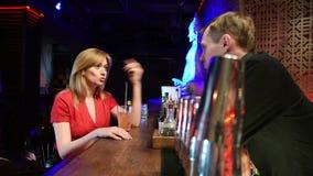Κορίτσι που μιλά bartender νύχτα ζωής απόθεμα βίντεο