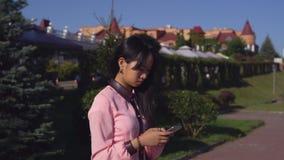 Κορίτσι που μοιράζεται κοινωνικό σε καθαρό στο τηλέφωνο υπαίθρια φιλμ μικρού μήκους