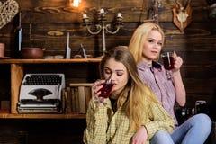 Κορίτσι που μοιράζεται το θερμαμένο κρασί με το φίλο της, χαλάρωση Κορίτσια που χαλαρώνουν και που πίνουν το θερμαμένο κρασί Διακ Στοκ Εικόνα