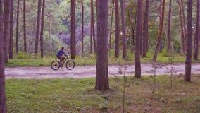 Κορίτσι που οδηγά ένα ποδήλατο στο σταθερό πυροβολισμό πάρκων απόθεμα βίντεο