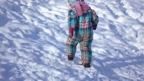 Κορίτσι που οδηγά στη χιονώδη κλίση φιλμ μικρού μήκους