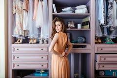 Κορίτσι που δοκιμάζει στο φερμουάρ το φόρεμά της Στοκ Φωτογραφία