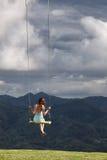 Κορίτσι που ονειρεύεται σε μια ταλάντευση Στοκ Εικόνες