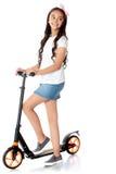 Κορίτσι που οδηγά ένα μηχανικό δίκυκλο Στοκ φωτογραφία με δικαίωμα ελεύθερης χρήσης
