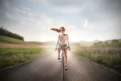 Κορίτσι που οδηγά ένα ποδήλατο Στοκ Εικόνες