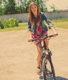 Κορίτσι που οδηγά ένα ποδήλατο Στοκ Φωτογραφία