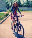 Κορίτσι που οδηγά ένα ποδήλατο Στοκ εικόνα με δικαίωμα ελεύθερης χρήσης