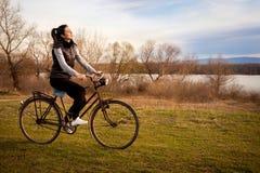 Κορίτσι που οδηγά το παλαιό ποδήλατο Στοκ Φωτογραφίες