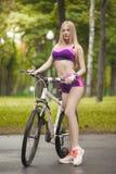 Κορίτσι που οδηγά το ποδήλατό της σε μια όμορφη και ηλιόλουστη ημέρα Στοκ Φωτογραφίες
