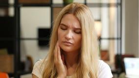 Κορίτσι που πάσχει από τον πόνο λαιμών