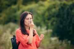 Κορίτσι που πάσχει από το άσθμα που χρησιμοποιεί Inhaler της υπαίθρια στοκ εικόνες με δικαίωμα ελεύθερης χρήσης