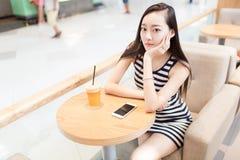 Κορίτσι που πίνει ένα ποτήρι των παγωμένων ποτών Στοκ εικόνα με δικαίωμα ελεύθερης χρήσης