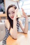 Κορίτσι που πίνει ένα ποτήρι των παγωμένων ποτών στοκ φωτογραφία με δικαίωμα ελεύθερης χρήσης