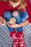 Κορίτσι που πίνει την καυτή σοκολάτα Στοκ φωτογραφία με δικαίωμα ελεύθερης χρήσης