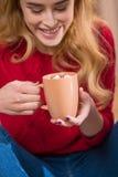 Κορίτσι που πίνει την καυτή σοκολάτα Στοκ Φωτογραφία