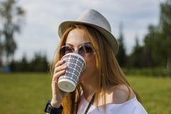 Κορίτσι που πίνει τον καφέ Στοκ Φωτογραφίες