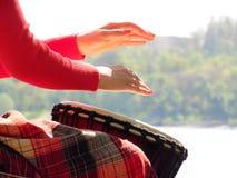 Κορίτσι που παίζει ένα τύμπανο στη φύση Στοκ Εικόνες