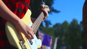 Κορίτσι που παίζει τη βαθιά κιθάρα φιλμ μικρού μήκους