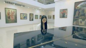 Κορίτσι που παίζει το πιάνο στο γκαλερί τέχνης απόθεμα βίντεο