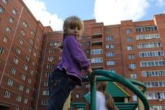 Κορίτσι που παίζει υπαίθρια 18582 Στοκ φωτογραφία με δικαίωμα ελεύθερης χρήσης