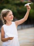 κορίτσι που παίζει υπαίθ&rho Στοκ Φωτογραφίες