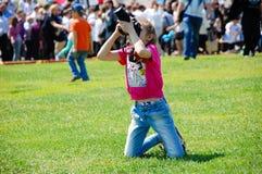 Κορίτσι που παίρνει μια εικόνα του ουρανού Στοκ φωτογραφίες με δικαίωμα ελεύθερης χρήσης