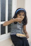 Κορίτσι που παίρνει τα τρόφιμα στοκ εικόνες με δικαίωμα ελεύθερης χρήσης