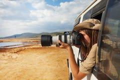 Κορίτσι που παίρνει τη φωτογραφία της αφρικανικής σαβάνας από το τζιπ στοκ εικόνα με δικαίωμα ελεύθερης χρήσης