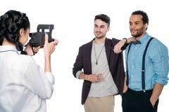 Κορίτσι που παίρνει τη φωτογραφία των multiethnic φίλων με τη στιγμιαία κάμερα Στοκ Εικόνες