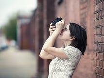 Κορίτσι που παίρνει τη φωτογραφία υπαίθρια Στοκ Φωτογραφίες