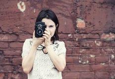 Κορίτσι που παίρνει τη φωτογραφία Στοκ φωτογραφία με δικαίωμα ελεύθερης χρήσης