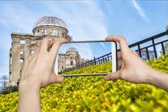 Κορίτσι που παίρνει τις εικόνες στο κινητό έξυπνο τηλέφωνο στην ατομική βόμβα, hirosh Στοκ φωτογραφία με δικαίωμα ελεύθερης χρήσης