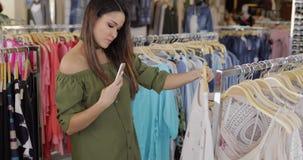 Κορίτσι που παίρνει selfie στο κατάστημα απόθεμα βίντεο