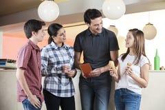 Κορίτσι που παρουσιάζει κώνους στην οικογένεια στην αίθουσα παγωτού στοκ φωτογραφία