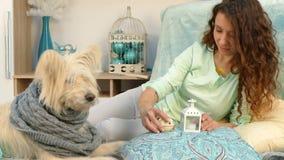 Κορίτσι που παρουσιάζει παιχνίδια Χριστουγέννων σκυλιών φιλμ μικρού μήκους