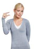 Κορίτσι που παρουσιάζει στη μικρή ποσότητα κάτι Στοκ Φωτογραφίες