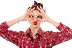 Κορίτσι που παρουσιάζει στο ΕΝΤΑΞΕΙ σημάδι και στους περίβολους μάτια της στοκ φωτογραφία με δικαίωμα ελεύθερης χρήσης