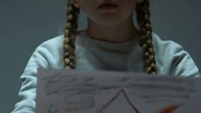 Κορίτσι που παρουσιάζει σχέδιο με το κάψιμο του σπιτιού στη κάμερα, το θύμα της καταστροφής ή τον πόλεμο απόθεμα βίντεο