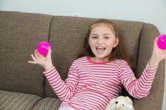 Κορίτσι που παρουσιάζει τέλειο χαμόγελό της Στοκ Φωτογραφία